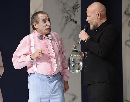 Producent Michal Kocourek přál v den, kdy divadlo Kalich slavilo 20 let, Pavlu Zedníčkovi k narozeninám.