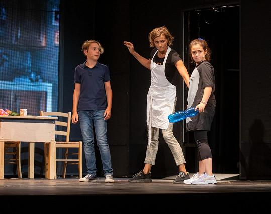 Satine chodí do školy a pak jezdí na zkoušky do Divadla Broadway.