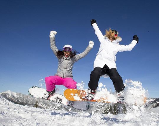 Monika řádila na snowboardu i s Českou Miss Andreou Bezděkovou.