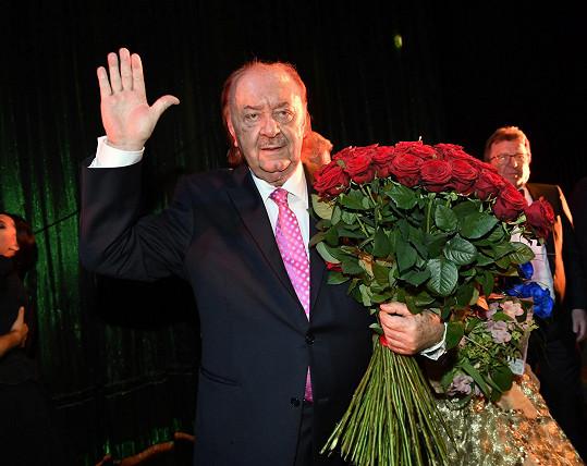 Dostal obří kytici růží k 75. narozeninám.