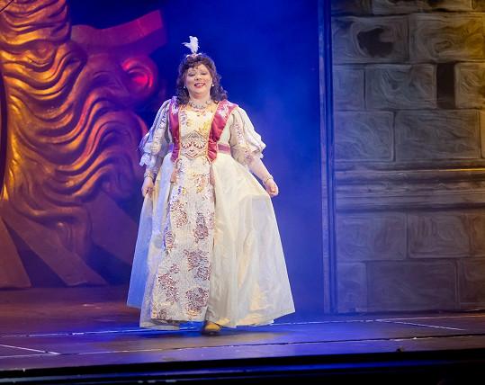 Leona v osmém měsíci na divadelních prknech, pod kostýmem břísko nebylo vidět.