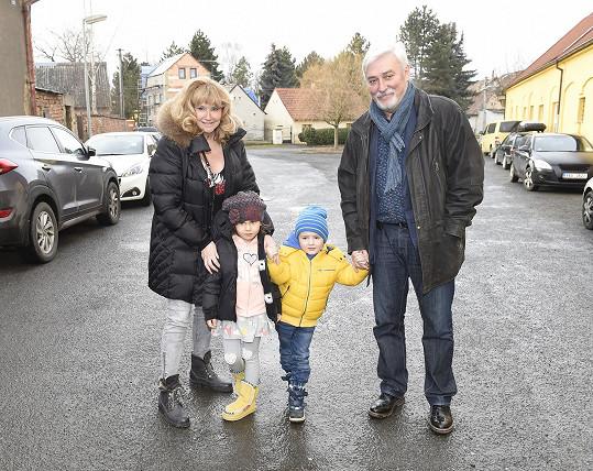 Jan Rosák s manželkou a vnoučaty