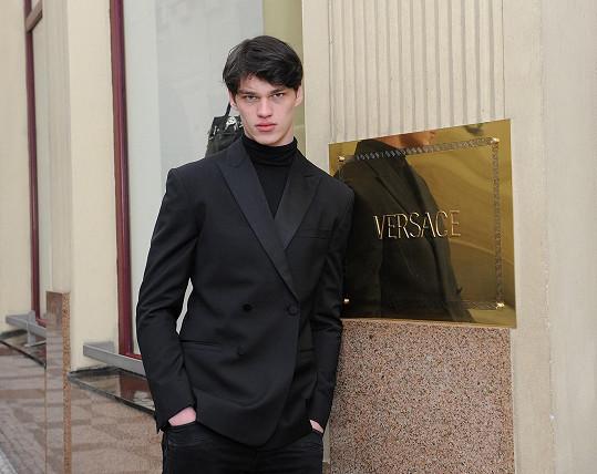 Je víc než pravděpodobné, že se oblíbenec Donatelly Versace objeví v kampani módního domu i v další sezóně.