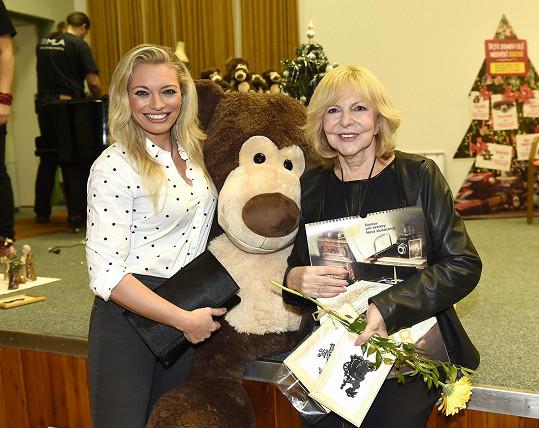 Hana Zagorová a Lucie Borhyová potěšily svou návštěvou v předvánočním čase seniory.