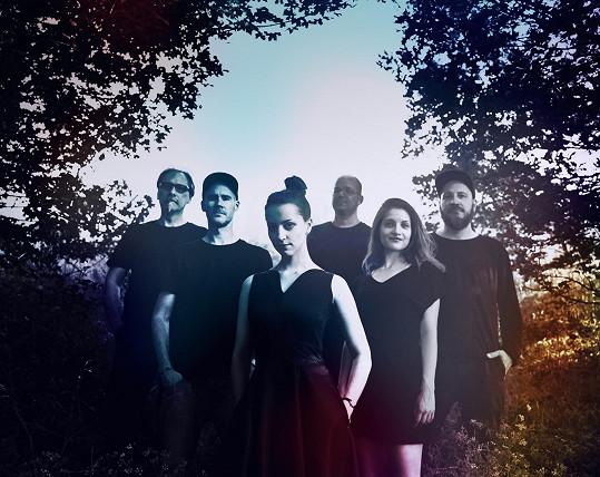 Petra (uprostřed) je členkou kapely Monoskop.
