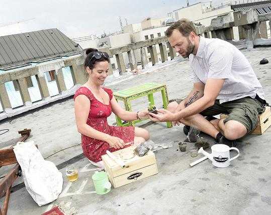 V rámci projektu Kouření out, příroda in Lukáš s Kristýnou symbolicky zasadili květinu v popelníku.
