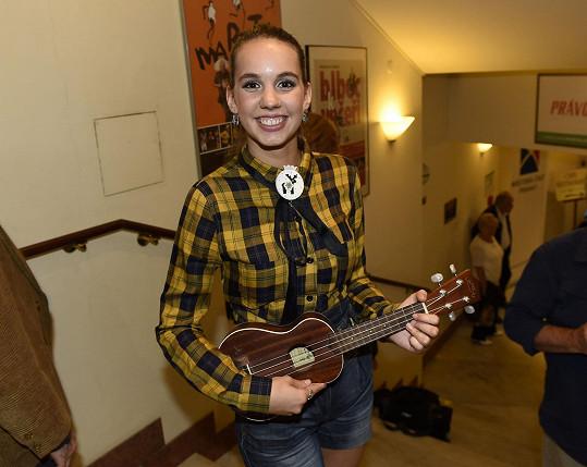 Herečka vystupovala na zahájení divadelní sezóny Divadla Bez zábradlí s hrou na ukulele.