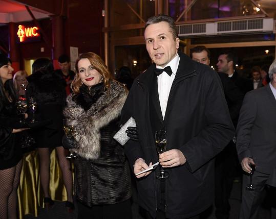 Markéta Muzikářová s manželem při příchodu na premiéru