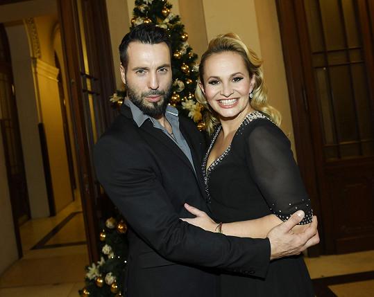 Monika a Vašek u stromečku v paláci Žofín, kde charitativní koncert pro Kapku naděje probíhal.