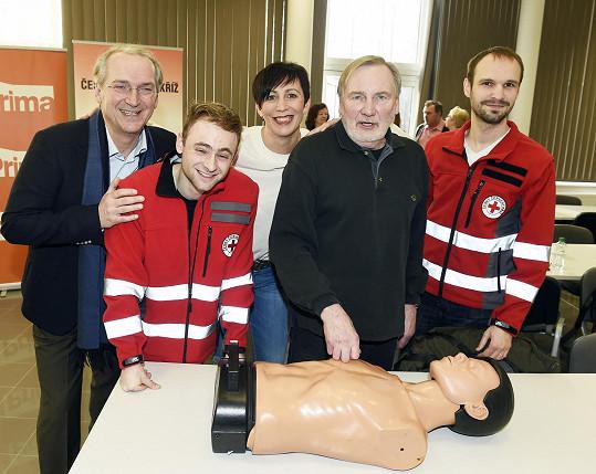 Televize Prima přichází se startem nové sezóny oblíbeného seriálu Modrý kód snovinkou. Ve spolupráci sČeským červeným křížem připravila osvětovou kampaň základů první pomoci.
