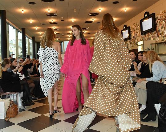 Začínající modelky prezentovaly během finále kousky z Vandiny autorské kolekce.