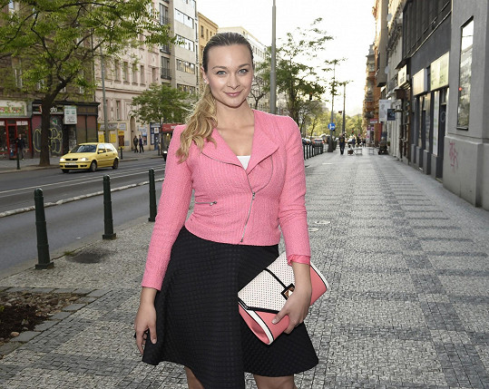 Vernisáž si nenechala ujít ani herečka Bára Mottlová.