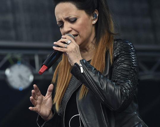 Všimněte si prstýnků zpěvačky.
