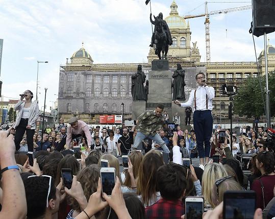 Zazpíval také píseň Lie To Me, při které ho doprovodili tanečníci, bratři Němcovi, i vokalistka, která v Lisabonu musela zůstat v zákulisí.
