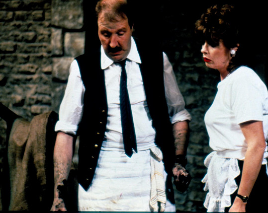 Gorden Kaye a Vicki Michelle, která hrála servírku Yvette.