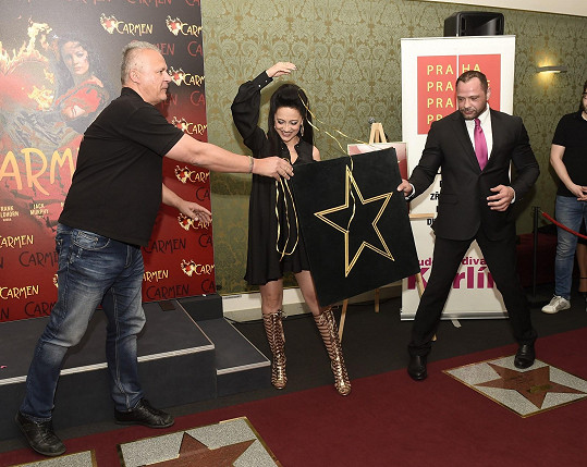Hvězdu odhalila společně s ředitelem divadla Egonem Kulhánkem.