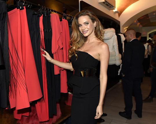 Uváděla otevření obchodu s italskou módou.