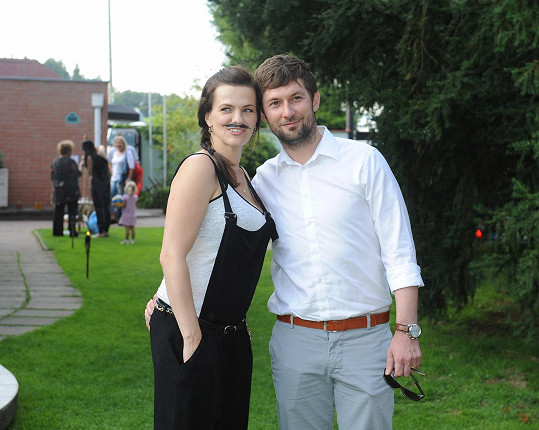 Novomanželé na zahradní párty otce a tchána