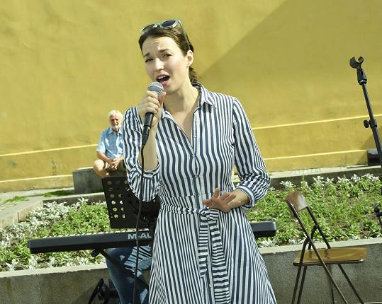 Berenika zpívala na charitativní akci Busking pro Slunce.
