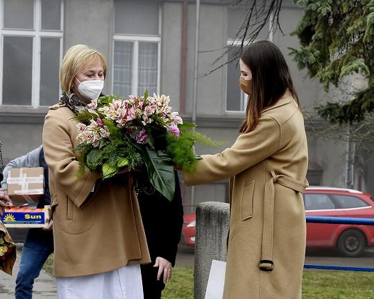Došlo i na květiny.
