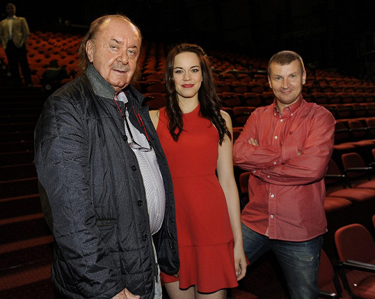 ...tak zpěváci od konkurence, například Karolina Gudasová (na snímku ještě režisér Radek Balaš).
