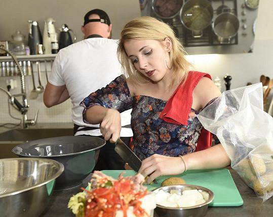 Anička Slováčková se zapojila do samotného vaření a byla velmi užitečnou pomocnicí při přípravě oběda.