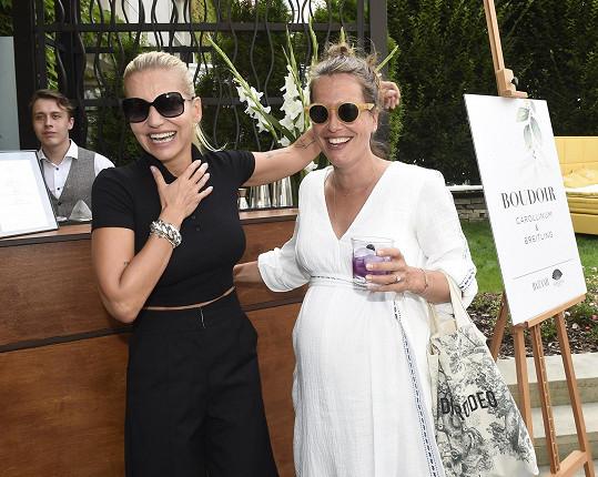 Na letní party časopisu Harper's Bazaar se potkala s Darou Rolins, která zde prezentovala své svíčky.