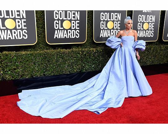 Popová diva v na míru upravené haute couture róbě Valentino