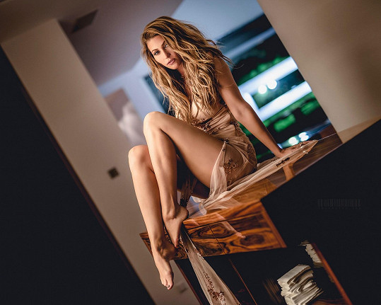V klipu je zatraceně sexy.