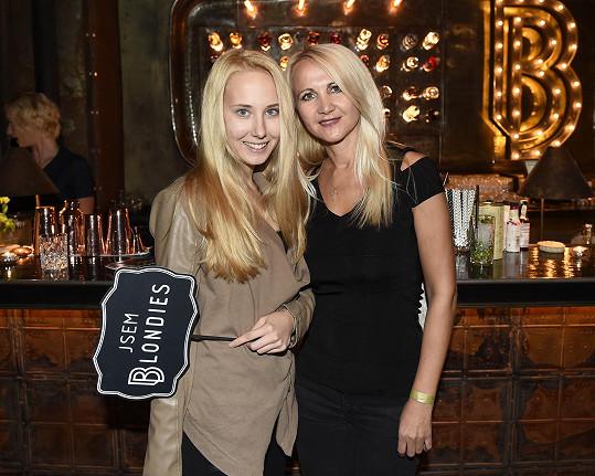 Šárka Grossová s dcerou Denisou na otevření nového baru