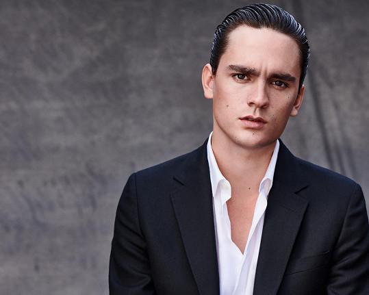 Pětadvacetiletý syn Alaina Delona má za sebou úspěšnou kampaň pro značku vlasové kosmetiky.