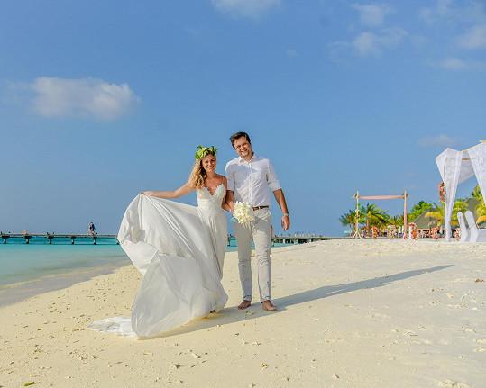 Lucie s manželem Michalem na pláži na Maledivách