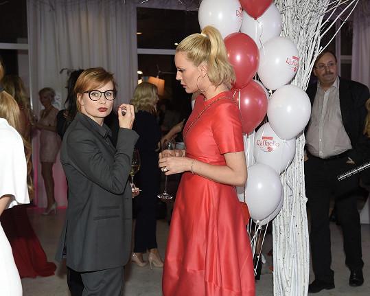 Simona se dala do řeči s Jitkou Schneiderovou.