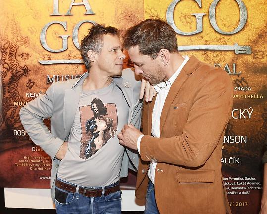 Triko se sexy komiksovou postavičkou obdivoval i Petr Vondráček, který se s Ledeckým alternuje v roli Iaga.