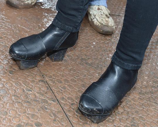 Nás zaujala prstýnky, diváky možná svým nezvyklým obutím.