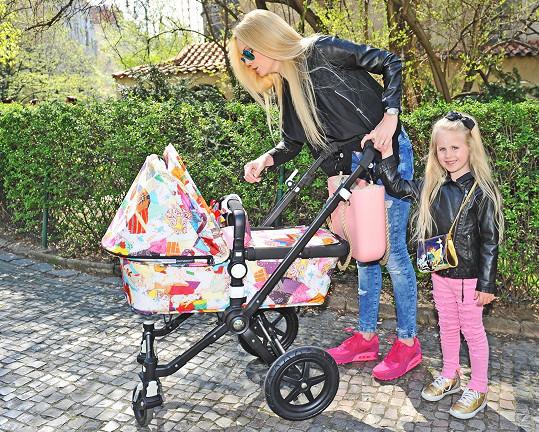 S dcerou Denisou a kočárkem s malou Vanesskou