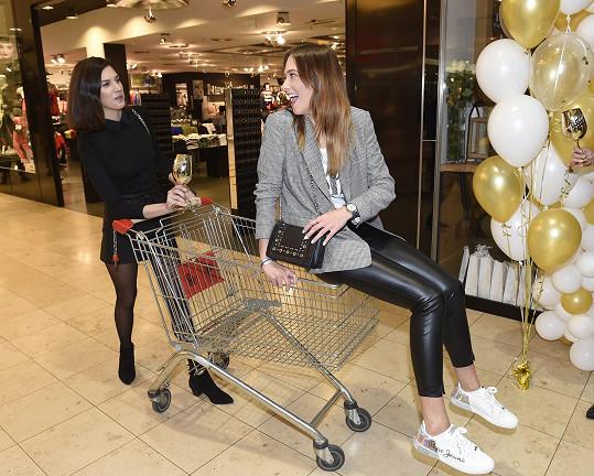 Řádila s Anetou Vignerovou, která ji vozila v nákupním vozíku.