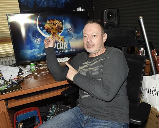 Dny tráví ve studiu na Barrandově.
