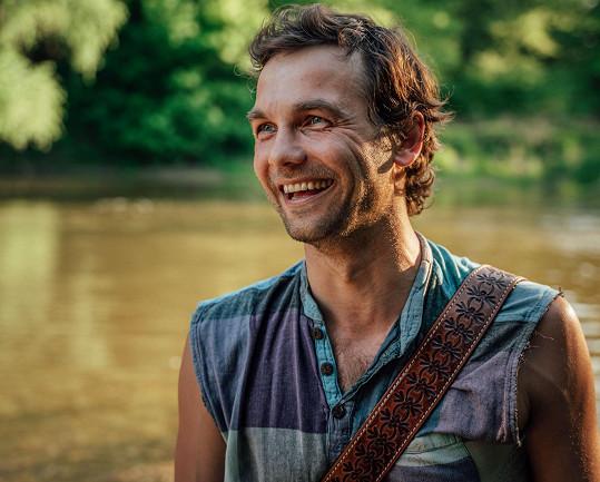 Slovenský zpěvák Juraj Hnilica vydává letní videoklip k písni Oceán.