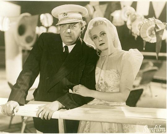 Jiřina ve filmu Bílá jachta ve Splitu (1939) se svým filmovým tatínkem Theodorem Pištěkem