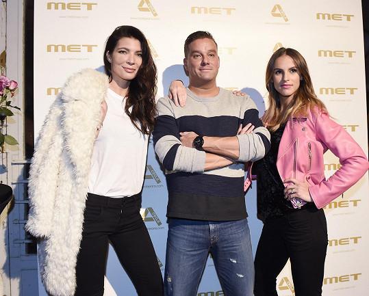 Jednu z módních show si užila v roli divačky s kamarádkou, blogerkou Bárou Kotalíkovou, a fotbalistou Petrem Švancarou.