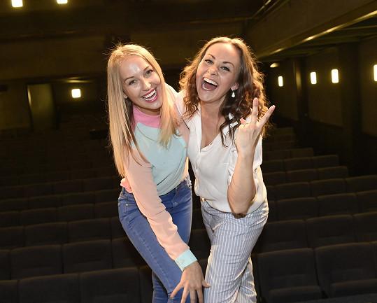 Marie s kolegyní Petrou Vraspírovou, s níž bude hrát v muzikálu Vlasy v divadle Kalich.