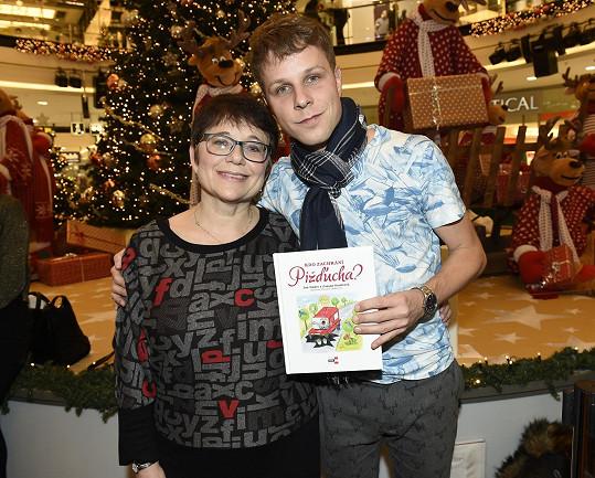 Jan Onder s maminkou křtili pohádkovou knihu.