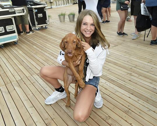 Lucka si zamilovala štěně jednoho z organizátorů akce.