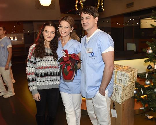 Herečku jsme zastihli během natáčení vánočního klipu k písni, kterou s kolegy ze seriálu Sestřičky nazpívala pro zdravotní sestry.