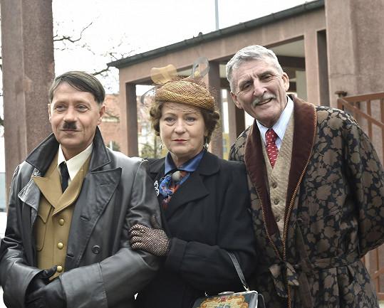 Prazvláštní sestava - Pavel Kříž v roli Adolfa Hitlera a představitelé rodičů Lídy Baarové v podání Simony Stašové a Martina Huby.