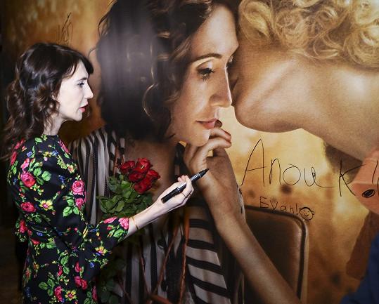 Podepsala se na filmový plakát.