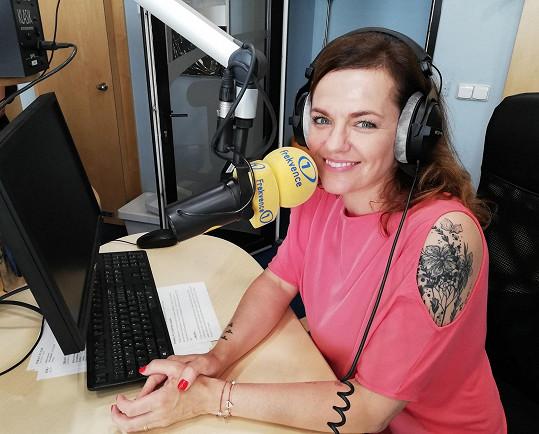 Marta každý všední den mezi 13. a 14. hodinou vysílá v rádiu.