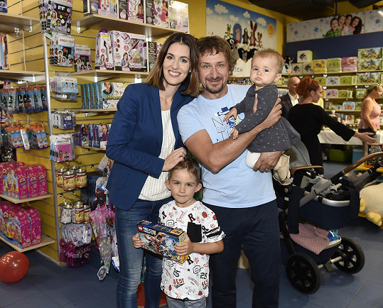 Lucka s manželem Davidem Křížkem a dětmi Davídkem a Lolou