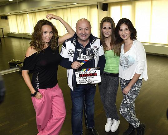S Lucií Vondráčkovou, Anetou Vrzalovou a Betkou Bartošovou, které ve filmu hrají.